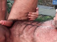 Молодой гей во дворе трахает в зад своего мускулистого бойфренда