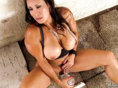 Зрелая бодибилдерша Denise Masino мастурбирует большой клитор