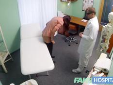 Похотливый доктор оттрахал в своём кабинете грудастую брюнетку