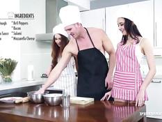 Повар оттрахал на кухне на столе двух развратных молодых девок