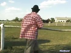 Немецкий фермер отшлёпал девку по попе и отодрал в киску и анус