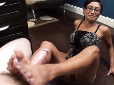 Брюнеточка в очках Jasmine Shy двумя ногами выдрочила сперму