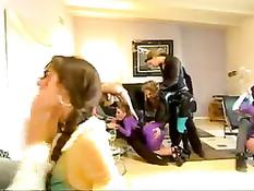 Покорную секс рабыню с косой Sasha Grey заставляют отсасывать