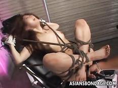 Привязанную к стулу японскую девушку оттрахали секс игрушками