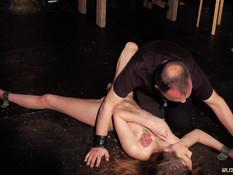 Отшлёпал рабыню Elle Rose и отымел в пизду вибратором и членом