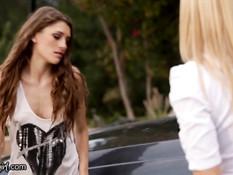 Блондинка лесбиянка Alexis Fawx отымела юную сучку Rebel Lynn