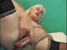 Возбуждённая мамочка в чулках мастурбировала и ебалась с парнем