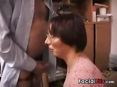 Пожилой мужчина дал отсосать член и отодрал зрелую даму в очках
