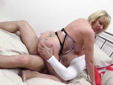 Британская домохозяйка сосёт любовнику член и ебётся на кровати