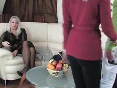 Похотливая русская мамочка ебётся рачком с парнем своей дочери