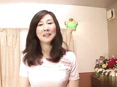Заботливая японская женщина вымыла парня в ванной и отсосала