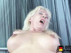 Лысый мужчина оттрахал на кровати зрелую немецкую блондинку