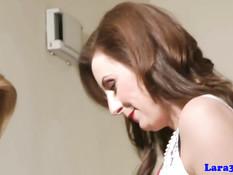 Зрелая британская лесбиянка Лара ласкает молодую блондиночку