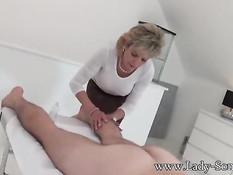 Старая блондинка Lady Sonia делает массаж сиськами и дрочит хуй