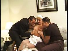 Итальянская горничная в белом белье в номере трахается с парнями