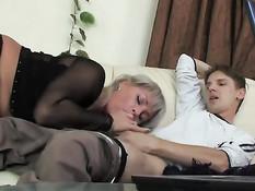 Зрелая русская дама увидела как парень дрочит и захотела секса