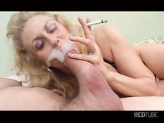 Перевозбуждённая зрелая блондинка отчаянно сосёт член и курит