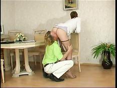 Горячая русская матюрка с короткой стрижкой трахается с парнем