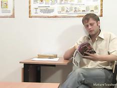 Студент дал отсосать и отымел зрелую русскую преподавательницу