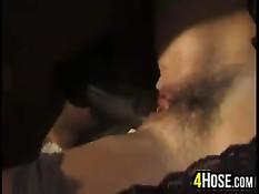 Чёрный вылизал киску зрелой брюнетке и отымел в волосатую пизду