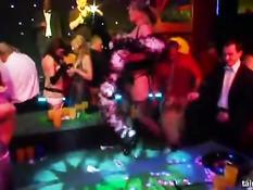 Возбуждённые тёлки сосут у парней члены и трахаются в секс клубе
