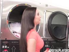 Молодая грудастая брюнеточка Karlee Grey трахается в прачечной
