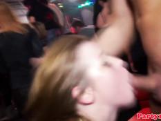 Молодые шалавы дрочат и отсасывают члены на вечеринке в клубе