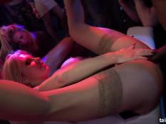 Возбуждённые девушки занимаются сексом на вечеринке в казино