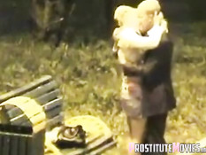 Мужчина в деловом костюме оттрахал шалаву на скамейке в парке