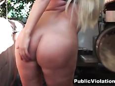 Блондинка с большой грудью Karen Fisher трахается на автостоянке