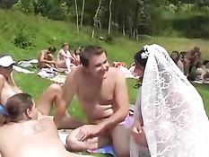 Нудисты летом отпраздновали весёлую свадьбу на свежем воздухе
