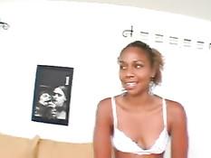 Парень в презервативе оттрахал на диване мулатку Michelle Tucker