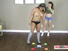 Две девки лесбиянки играли в игру на раздевание и мастурбировали