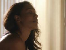 Постельная сцена с чёрной американской актрисой Candice Patton