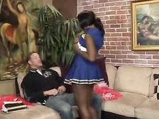 Негритянка чирлидерша Delotta Brown ебётся с белым спортсменом