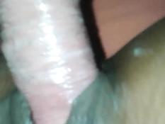 В выбритую письку мулаточки входит белый пенис в презервативе