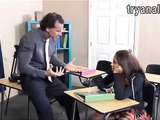 Темноволосая студентка Sophia Torres трахается с преподавателем