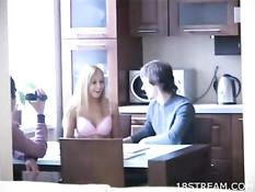 Парень ебёт блондинку на кухонном столе, а друг снимает на видео