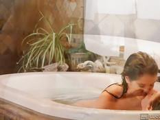 Молодые лесбиянки принимают ванну и отлизывают друг у дружки