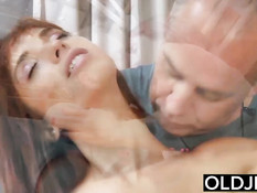 Юная искусительница Tina Hot соблазняет пузатого пожилого мужика