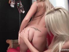 Симпатичные блондинки лесбиянки отлизывают друг дружке анус
