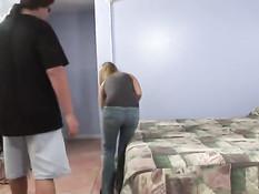 Сделал куни и отодрал на кровати юную блондинку Ashlynn Brooke