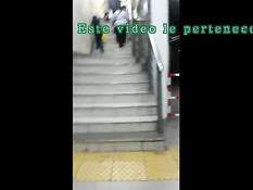 Латинская любительница мастурбирует пизду на ступеньках в метро