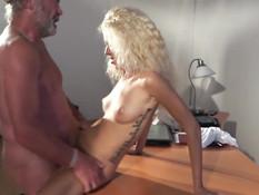 Молодая кудрявая блондинка ебётся на столе с пожилым мужчиной