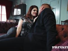 Мужчина отодрал на диване в киску и анус рыжую тёлку Lucia Love