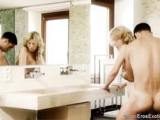 Чёрный любовник снял трусики с молодой блондинки и вставил член