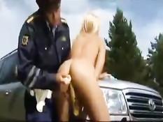 Дпсник остановил русскую блондинку и оттрахал жезлом на дороге