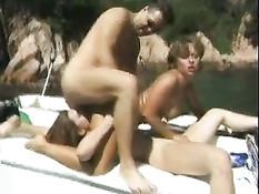 Мужчина отодрал на своём катере в море двух сексуальных подруг