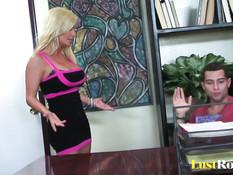 Грудастая блондинка Diamond Foxxx трахается с мужчиной на столе
