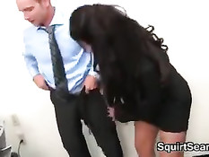 Похотливая грудастая брюнетка дрочит сиськами и ебётся в офисе